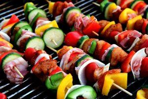 bonne grillade cuite au charbon de bois sur un barbecue