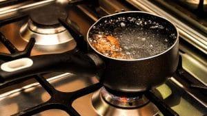 Empêcher l'eau de déborder de la casserole
